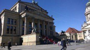 Konzerthaus am Gendarmenmarkt koko loistokkuudessaan.